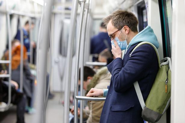 Rośnie liczba zakażeń koronawirusem w amerykańskim stanie Nowy Jork; do wtorku włącznie odnotowano 173 przypadki. Wokół największego skupiska choroby utworzono strefę kontrolną. W sąsiednim stanie New Jersey z powodu SARS-CoV-2 zmarła tego dnia pierwsza osoba.