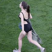 Kao Kinzi i finale LŠ! Bombastična devojka prekinula meč na Euro 2020, nije se videlo u prenosu - otkriveno zašto je na ono malo garderobe imala ČUDAN NATPIS /FOTO/