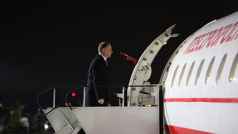 Andrzej Duda wsiada na pokład rządowego samolotu