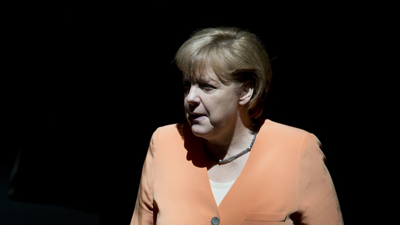 """Już drugi rok z rzędu i po raz piąty w ciągu sześciu lat najbardziej wpływową kobietą na świecie okrzyknięto 58-letnią Merkel. """"Forbes"""" nazywa ją """"Żelazną Damą"""" Europy i """"główną rozgrywającą w kryzysie w strefie euro, który wciąż zagraża rynkom"""" finansowym. Merkel nie tylko obiecuje, że zrobi wszystko co w jej mocy, by nie dopuścić do rozpadu eurolandu, ale też wzywa zagranicznych polityków do podpisania nowego porozumienia klimatycznego, które zastąpiłoby protokół z Kioto - podkreśla """"Forbes""""."""