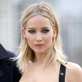 Jennifer Lawrence pozuje na balkonie. Dekolt dekoltem, ale spójrzcie na jej nogi!