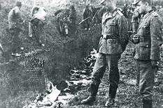 Kragujevac_Sumarice_Nemacki oficiri pored tela streljanih_211041 foto arhiva