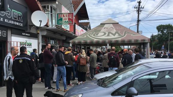 Okupljanje ispred pekare