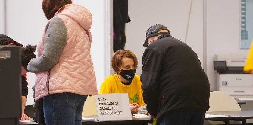 Tajemnicza wolontariuszka w punkcie szczepień. Wydało się, kto to jest!