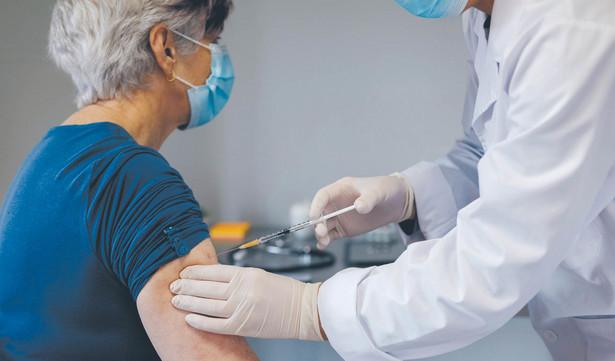 Priorytetowe szczepienia miałyby dotyczyć głównie pacjentów wentylowanych mechanicznie czy będących w opiece długoterminowej pielęgniarskiej w domach oraz ich opiekunów.
