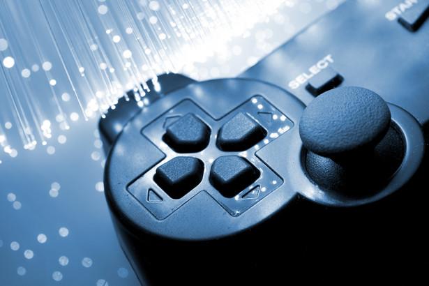 """Prezentujemy konsolowe, """"kamienie milowe"""", które gościły w naszych domach na przestrzeni ostatnich 40 lat – od pierwszej aż do ósmej generacji. PlayStation czy XboX? Sega Saturn czy Nintendo 64? SNES czy Dreamcast? Wybór należy do was."""