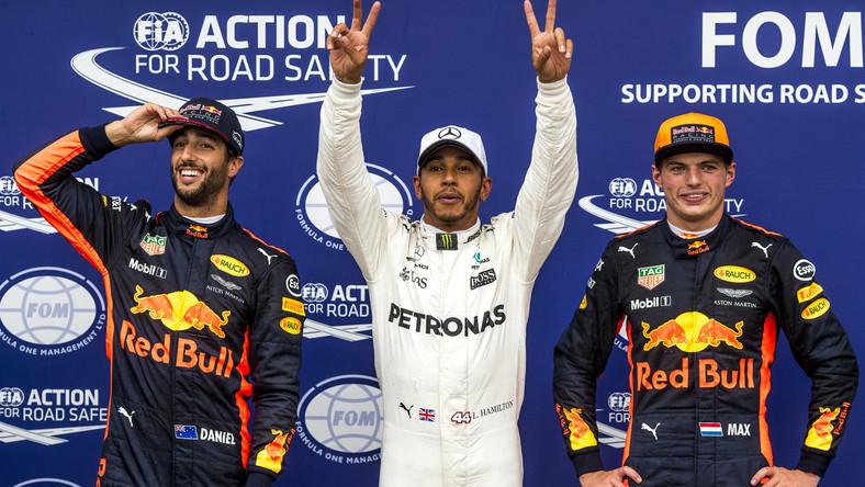 Lewis Hamilton (w środku)