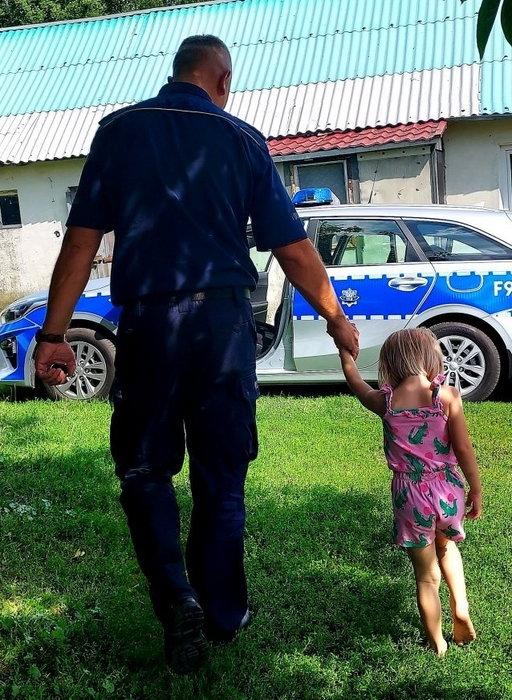 Rozebrana 3-latka spacerowała z psem po ulicy. Co się stało?!