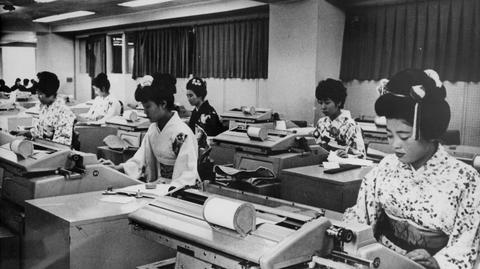 Pracownice w japońskim banku w latach 60.