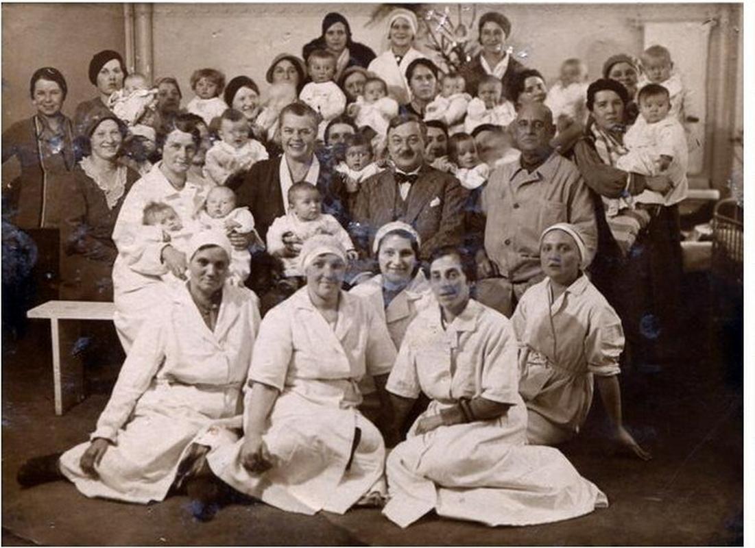 Jan Wedel z dziećmi, obsługą żłobka i matkami. Zdjęcie wykonano około 1935 r.