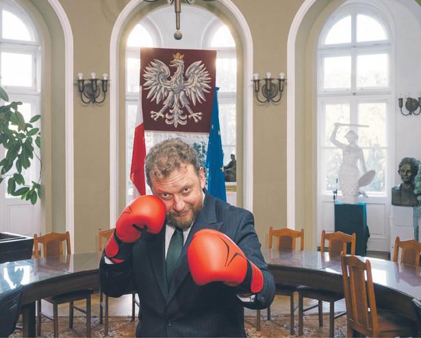 Łukasz Szumowski. Minister zdrowia, kardiolog i elektrofizjolog, od 1998 r. pracownik naukowy Instytutu Kardiologii w Warszawie-Aninie