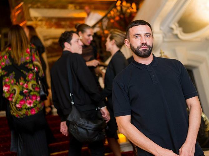 """""""Burberry"""" je upravo dobio novog KREATIVNOG DIREKTORA i to je čovek koji je za srpsku umetnicu kreirao jaknu od 101 ZMIJSKE KOŽE!"""