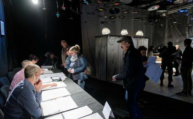 W niedzielnych wyborach samorządowych na PiS najwięcej wyborców głosowało na wsiach - 39,3 proc. PiS przeważa też w miastach do 50 tys. mieszkańców - mogło tu liczyć na poparcie 30,4 proc. wyborców, a druga z kolei Koalicja Obywatelska - 23,9 proc.
