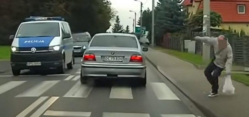 Kierowca BMW zrobił to na oczach policji. Finał zdumiewa. Zobaczcie nagranie