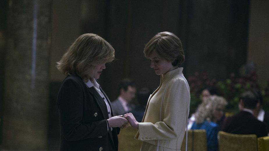 """""""The Crown"""" - kadr z serialu.  Na zdjęciu: Emerald Fennell jako Camilla Parker-Bolwes i Emma Corrin jako księżna Diana"""