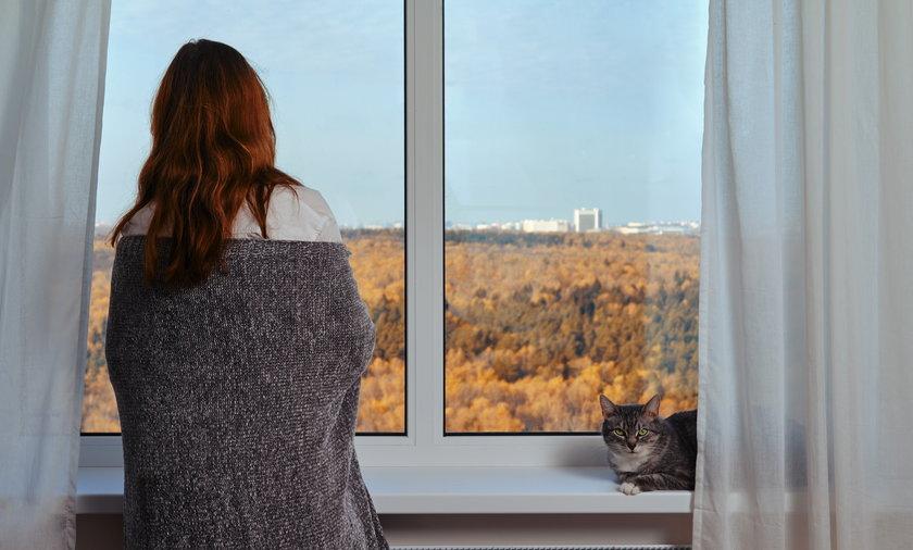 Zamiast myśleć o ogrzewaniu mieszkania w sierpniu, można po prostu przykryć się kocem. To oszczędzi portfel i niekorzystanie zmieniający się klimat.