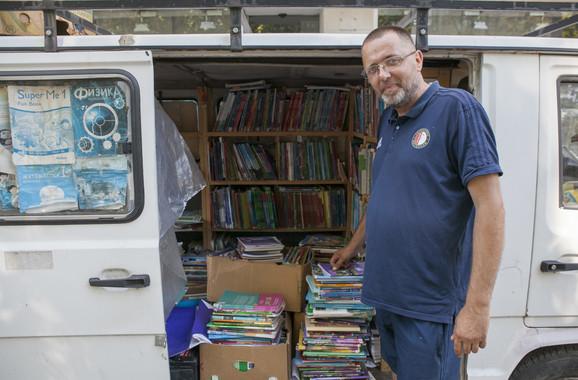 Počeo je da prodaje knjige pre 20 godina da bi sakupio novac za svadbu: Goran Puzović