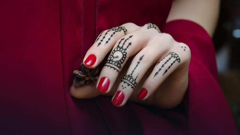 Nowy Trend W Manicure Tatuaże Nad Paznokciami Inspirujące