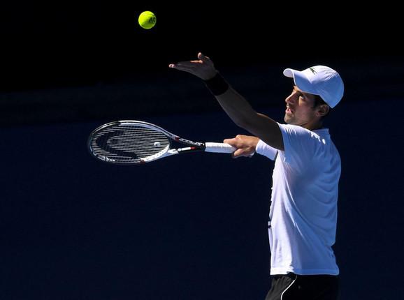 Novak Đoković servira na treningu u Melburnu