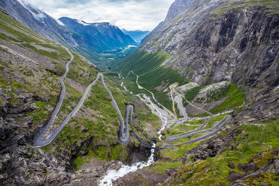 """Droga Trollstigen w Norwegii oznacza dosłownie """"drabinę trolla"""" i wiedzie przez strome góry, wodospady, głębokie fiordy i bujne doliny."""