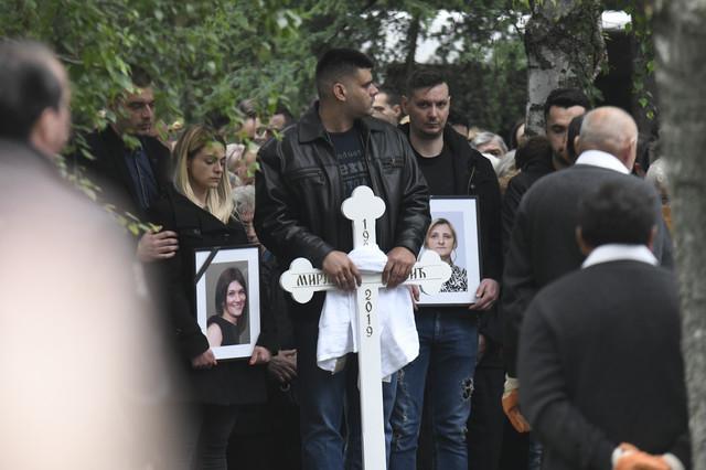 Sahrani je prisustvovalo gotovo 100 ljudi. Na čelu tužne povorke hodala su dvojica Mirjaninih sinova koji su svedočili masakru koji je počinio Goran Janković