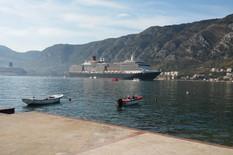 """NA LICU MESTA Kad u Kotor uplovi ploveći monstrum, nekoliko hiljada ljudi pokulja iz njegove utrobe, dok neki pitaju """"Je li ovo Grčka?"""""""