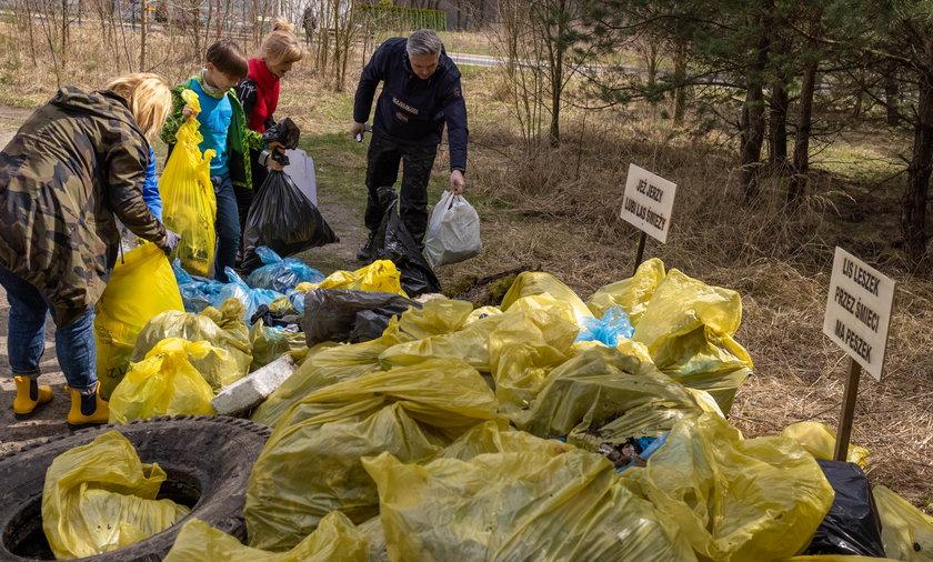 Sprzątanie lasu w Dąbrowie Górniczej Antoniowie przez mieszkańców i Młodzieżową Radę Miasta.