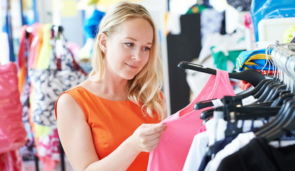 Zakładasz nowo zakupione ubrania bez wyprania ich? Popełniasz ogromny błąd!