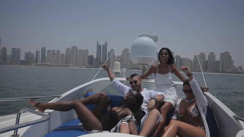 PUSTILA GA ŽENA U provodu sa cicama na jahti u Dubaiju! FOTO