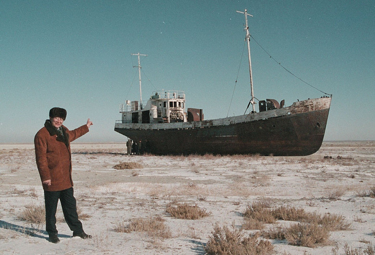 aral Aralsk's Mayor Alashbai Baimyrzayev points 23 March 1999 near the city of Kyzmet, a fishery on Aralsk's dry harbor at an abandoned fishermen ship profimedia-0017444727