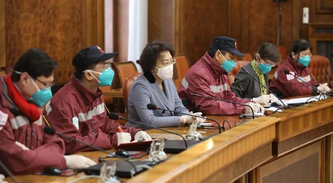 Kineski stručnjači sa ambasadorkom Kine Čen Bo u razgovoru sa načim lekarima i predstavnicima Vlade