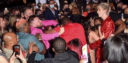 Co za wstyd! Celebryci pobili się na czerwonym dywanie, musieli ich rozdzielać ochroniarze. Żenujące obrazki