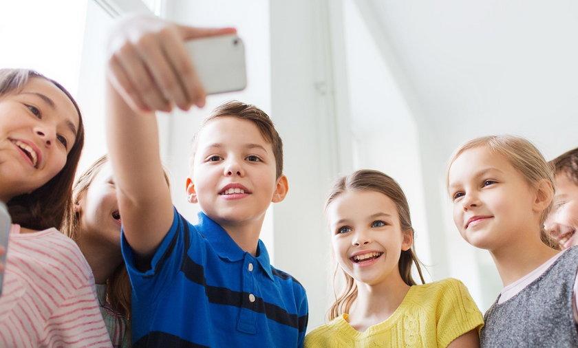 Całkowity zakaz telefonów w szkołach.