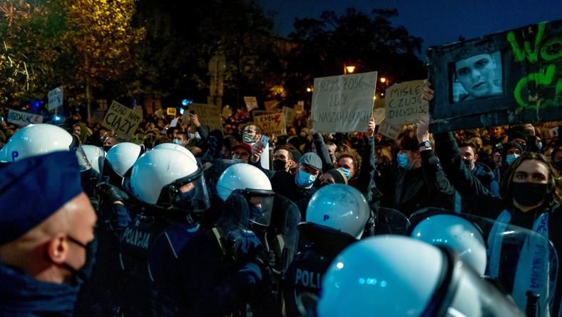 Policja zabezpiecza protest przeciwko decyzji Trybunału Konstytucyjnego w sprawie przepisów aborcyjnych w Katowicach
