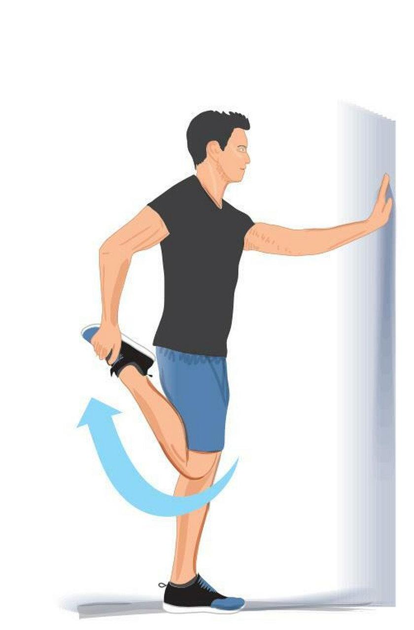 Ćwiczenie wieczorne 3. Stań na jednej nodze, podpierając się ręką o ścianę. Zegnij przeciwną nogę w kolanie, chwytając stopę i przyciągając ją do pośladka.