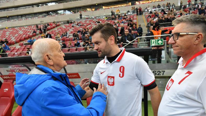 Były trener reprezentacji Polski Andrzej Strejlau (L) i poseł PiS Kamil Bortniczuk (C) podczas meczu gwiazd na stadionie PGE Narodowym imienia Kazimierza Górskiego w Warszawie