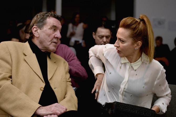 Dubravka u razgovoru sa Miodragom Mikijem Krstovićem, Adamom u seriji
