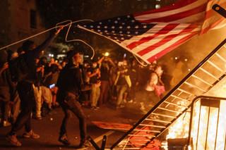 Nocne zamieszki w Waszyngtonie. Donald Trump zaprowadzony do schronu