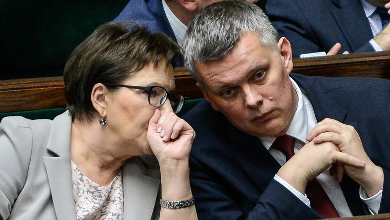 Premier Ewa Kopacz i wicepremier, minister obrony Tomasz Siemoniak podczas posiedzenia Sejmu
