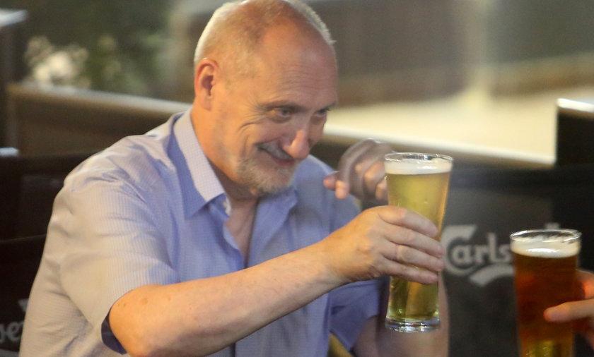 Antoni Macierewicz na piwie