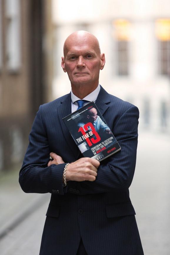 Nik Jaris sa jednom od svojih knjiga