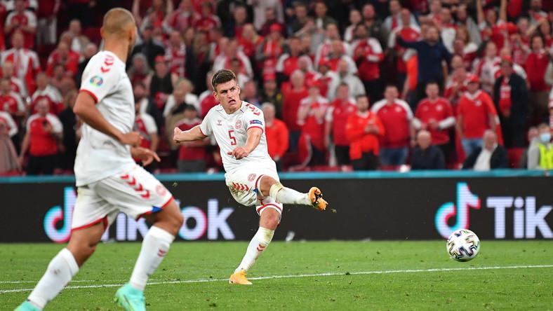 Duńczyk Joakim Maehle (P) strzelający gola na 4:1 w meczu z Rosją