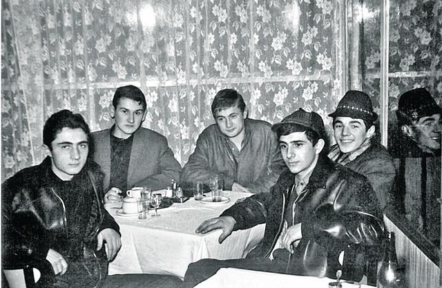 """Društvo iz """"Kalenića"""" 1962. godine: Srba Debeljački (sa šeširom), sa njegove desne strane Sole Piletić"""