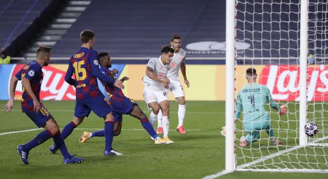 Filipe Kutinjo u dresu Bajerna daje jedan od svoja dva gola Barseloni u četvrtfinalu Lige šampiona