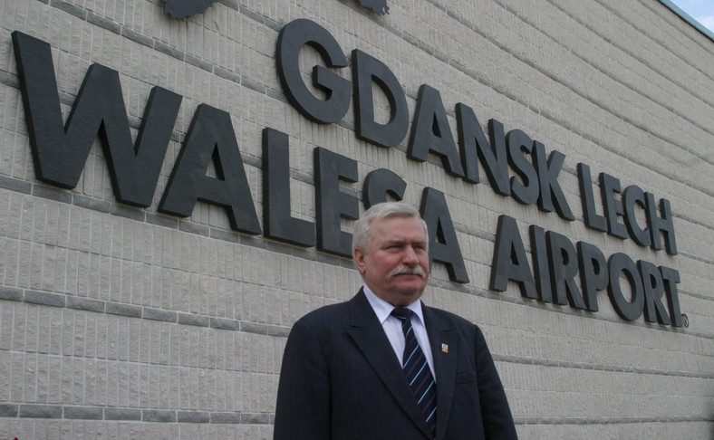 Lech Wałęsa na tle lotniska swojego imienia