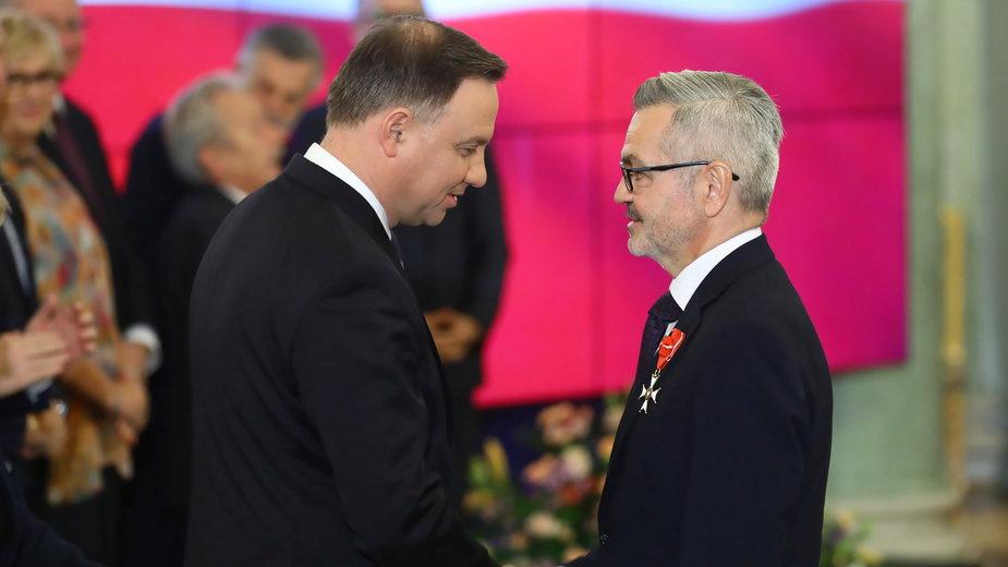 Krzysztof Krajewski odbiera z rąk prezydenta Andrzeja Dudy Krzyż Oficerski Orderu Odrodzenia Polski. Listopad 2019