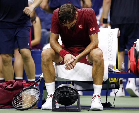 Rodžer Federer u neverici. Kako li je tek osobi koja je uložila skoro 40.000 evra u njegov trijumf, uz kvotu 1,02?