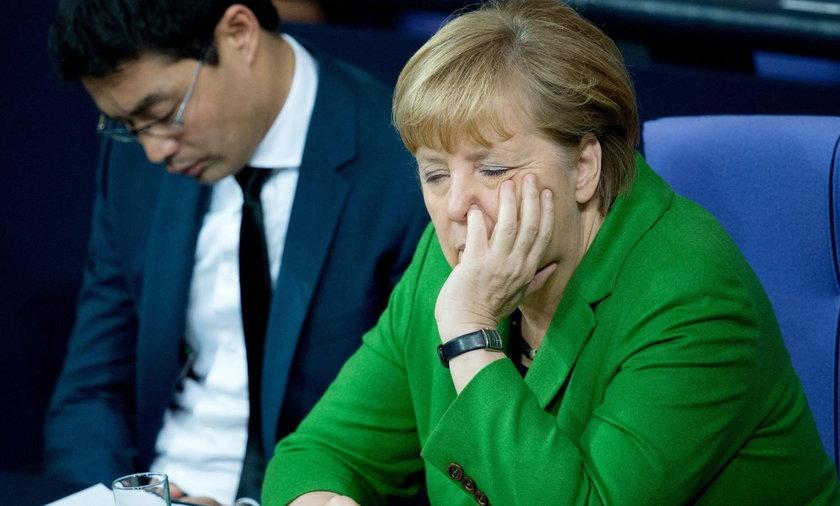 Angela Merkel dłubie w nosie