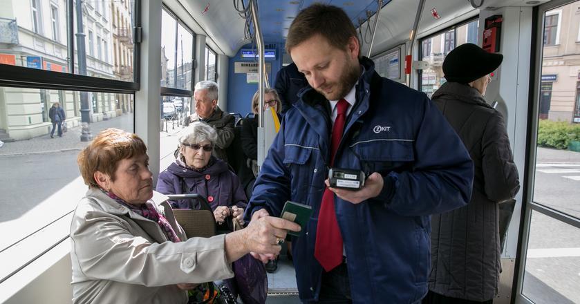 Regulacje umieszczone w transporcie informują zazwyczaj, że brak możliwości kupienia biletu w pojeździe nie jest uzasadnieniem dla podróżowania bez ważnego biletu