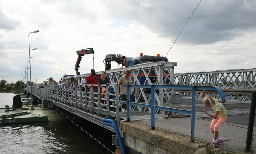 Most zamknięty, a robotnicy się obijają